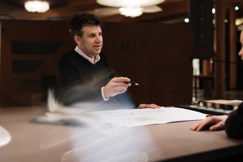 Achim Schneider berät einen Kunden